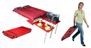 Den lilla väskan förvandlas till två sängar och två mindre bord.