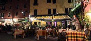 Al Colombo har bord på det mysiga lilla torget utanför restaurangen.