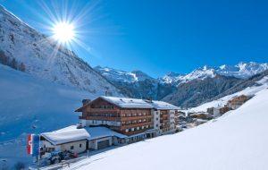 Det familjedrivna Hotel Alpenhof är ett av Österrikes bästa alphotell. Glaciären syns i bakgrunden precis ovanför hotellets tak.