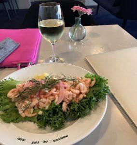 Det är bordservering och maten ser ut så här. Jämför detta med hur det brukar se ut...