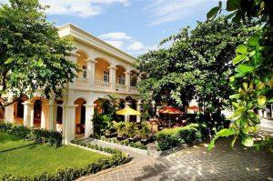 Anantara Hoi An bjuder på kolonial stil med en minutiöst skött trädgård och pool intill floden.