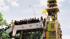 Tornet förbereds för det stora lyftet och defileringen genom staden. Att ingen blev krossad på vägen var ett under.