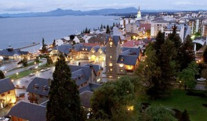Det mesta av bebyggelsen i Bariloche och dess omgivningar ligger nära stranden på den drygt fem mil långa sjön.