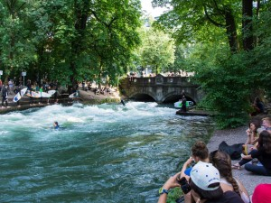 Mitt i München kan du både utöva och titta på surfing.