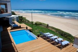 För den som vill skölja av sig saltvattnet finns det pool på Beach Villa i Wilderness.
