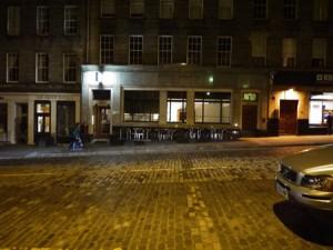 Bakom en här fasaden verkar en av Edinburghs stjärnkockar.