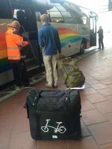 Cykeln i sin väska på väg ombord på Flygbussen.