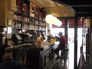 Bar Vall serverar både inne och ute.