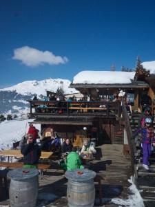 När det är solsken är det lätt gjort att bli sittande på terrassen på Chez Dany.