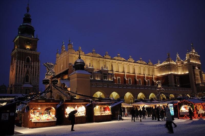 Julmarknaden är en av årets höjdpunkter på det stora medeltida torget mitt i Krakows gamla stadskärna.