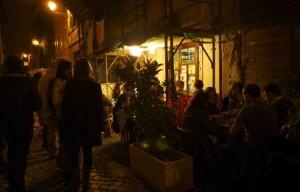 På trattorian Da Enzo i Rom är det nästan jämt proppfullt, både inne och utomhus.