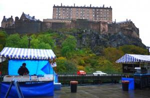 Borgen reser sig bakom marknaden och regnet får man på köpet, det är ju trots allt i Skottland.