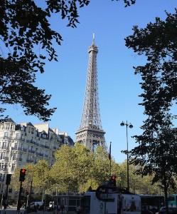 Eiffeltornet är nära 300 meter högt, men köerna dit är betydligt längre.
