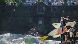 Det ser kanske inte så svårt ut att surfa på den lilla vågen mitt i München, men många duktiga surfare har blivit överraskade av svårighetsgraden.