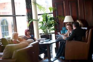 Pianobaren på Hotel Europa är en legendarisk mötesplats.