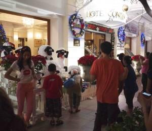 Att bli plåtad med Fåret Shaun utanför Hotel Continental var en stpr grej för många Saigonbor.