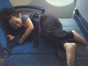Med Fly-Tot blir sovytan nästa dubbelt så stor som om man bara har stolsitsen att krypa ihop på.