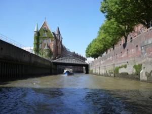 Kanalerna och de gamla magasinen vid Elbe är en del av nya Hafencity.