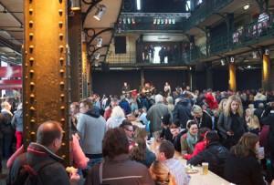Nattsuddare och morgonpigga samsas till livemusik i de gamla fiskhallarna i Hamburg.