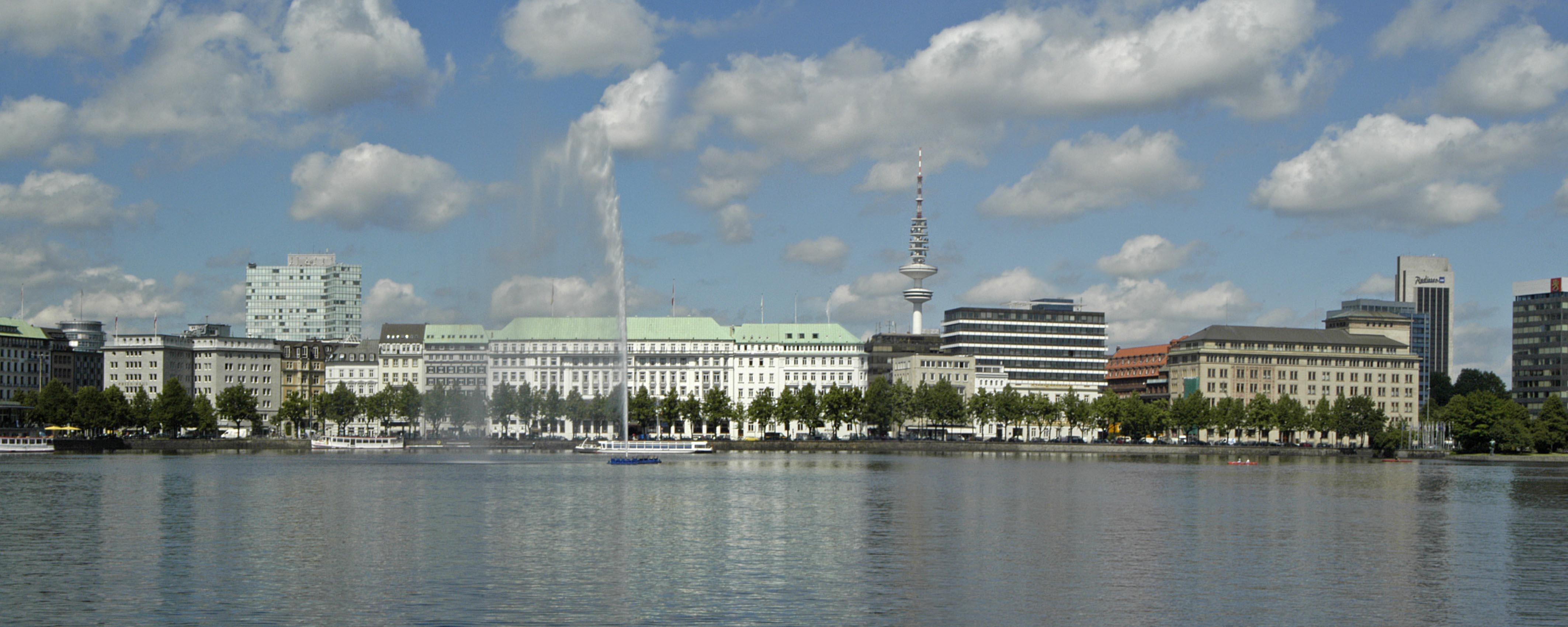 Man kan inte åka särskilt långa sträckor utan att stöta på vatten i hamnstaden Hamburg. Här den konstgjorda sjön Alster som ligger mitt i stan.