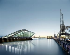 Hamnområdet i Hamburg håller på att förvandlas till en modern mötesplats.