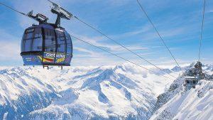 Högsta punkten i Hintertux är hela 3 250 meter. Det i kombination med en pålitlig glaciär gör att man kan åka skidor året om.