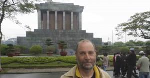 I marmorkolossen bakom mig vilar Ho Chi Minh.