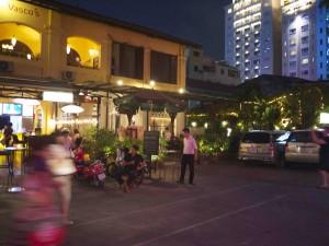 På en trevlig innergård ligger Hoa Tuc.