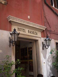 Basil jobbar inte på Basilea, men skulle säkert gärna göra det.