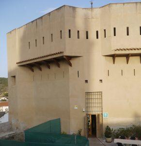 Massiv hotellfasad på Hotel Castillo de Ateca.