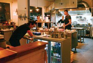 Kockarna på Industry standard kan ses både genom fönstren ut mot gatan och från några av borden i restaurangen.