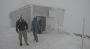 Den här bilden på Jungfraujoch tog jag mitt i sommaren. Det blåste 136 km/h och var fyra grader kallt. Med det i bakhuvudet är det inte svårt att förstå utmaningen för de som  klättrar på Eiger.