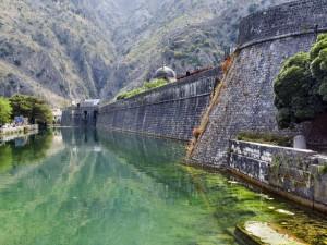 Befästningarna i Kotor har lång historia, men sitt nuvarande utseende fick de på 1400-talet.