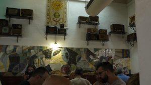 Väggarna på La Llesca pryds av någon anledning av gamla radioapparater.