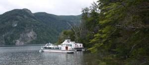 Båten på Lago Menendez med vars hjälp du kan se träd som är flera tusen år gamla.
