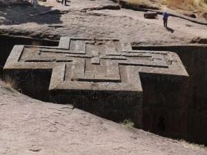 En av de enorma kyrkor som är uthuggna rakt ner i den hårda klippan.