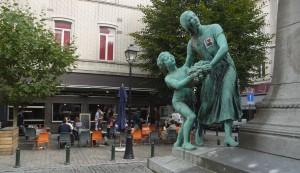 På Le Comptoir äter du i skuggan av statyn på torget.
