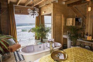 Från sovrummet/badrummet går en trappa rakt ner i Medelhavet.