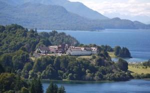 Hotel Llao Llao ligger med utsikt över bergen, vattnet och golfbanan.