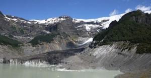 I mitten av bilden syns den svarta glaciären.