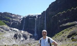 Vattnet störtar ner från glaciären Manso.