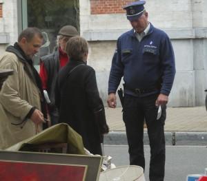 Den här imponerande polisen med visselpipan som främsta vapen håller ordning på Marché aux Puces.