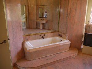 Badrummet i röd marmor är rätt hejdlöst.