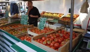 Tomater i alla former direkt från odlaren finns på marknaden i Montparnasse.
