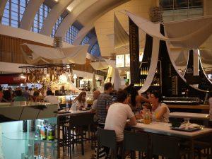 Matmarknad med många olika typer av restauranger.