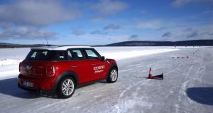 En fyrhjulsdriven Mini med antisladdsystem tar sig fram på ett imponerande sätt på isen.