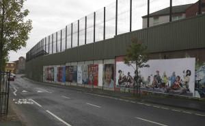 Muren mellan stadsdelarna står fortfarande kvar.
