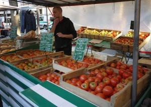 25 olika sorters tomater i ett stånd är en självklarhet på en parisisk matmarknad.