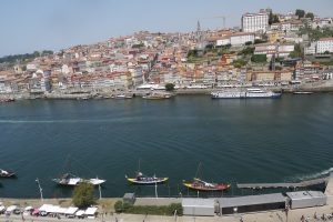 Porto är väldigt vackert med de gamla husen som klättrar på de branta kullarna.