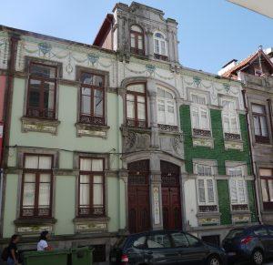Bakom den halva av det gamla huset som är prydd med illgröna kakelplattor döljer sig Porta Persona.